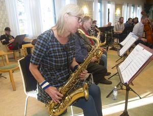 Kari Sjöstrand och Yngve Persson på saxofon under repetitionerna på lördagen.