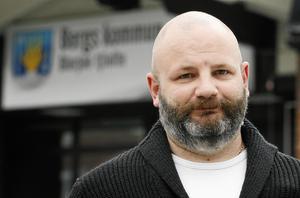 Bergspolitikern och socialdemokraten Daniel Arvastsson säger att moderaten Elise Ryder Wikéns ständiga frågor leder till att personalen mår dåligt.