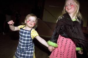 Systrarna Klara och Maja Kristiansson, 3 och 5 år gamla och bosatta i Bjuråker, hade målat sig fint om kinderna när det var dags för påskdisko.
