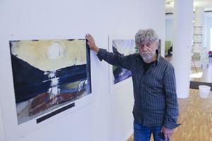 Lokale multikulturprofilen Bengt-Åke Malmqvist ställer ut nio verk i konstrummet på Ludvika bibliotek.