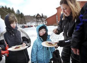 Sofia och Henrik Sandin från Bjuråker provade på kolbullar vid Svågagården, mamma Jenny Sandin servade i blåsten.