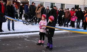 Klippte bandet. Julia och Jenna Lawrey invigde Norrsundets nya centrum. Kommunalrådet Per Johansson (lilla bilden till höger) berättade om sina Norrsundetminnen under invigningstalet.Foto: Ulrica Källström