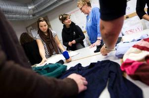 Förra veckan fick eleverna på hantverksprogrammet vara med när säckarna och lådorna med begagnade kläder sorterades på Mötesplats Kupan på Bangårdsgatan.  Foto: Håkan Luthman