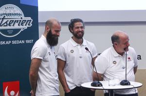 Spelarna Martin Krigh och Aksel Örn Ekblom tillsammans med Tellus tränare Peter Rönnqvist. Nykomlingen spås få en tuff säsong.