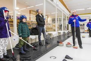 Hilda, Helmer och Johan får lära sig grunderna i curling av klubbens ordförande Anders Rodin.