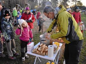Kultur- och fritidschef Johan Tranquist hade fullt upp med att servera korv till hungriga invigningsdeltagare.