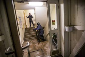 Efter bråket vägrade stängde några män in sig i en lägenhet. Det gjorde att de hämtades till förhör av polisens insatsstyrka.
