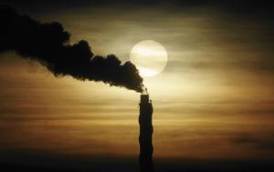 Molnplymen från ett värmeverk i Enköping stiger mot en disig himmel. Ett värmeverk släpper till största delen ut vattenånga i luften, men trots filter släpps skadliga partiklar ut i luften och bidrar till växthuseffekten och global uppvärmning.
