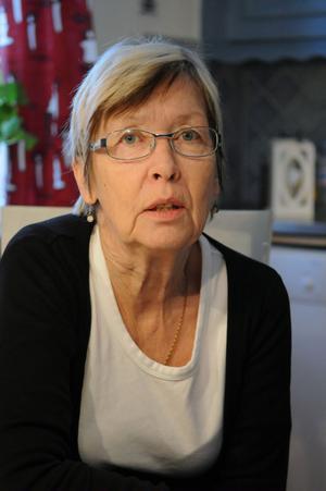 Agneta Lilja är mycket upprörd över att hennes mamma fick sitta i en bil med öppen dörr, under tiden som chauffören försökte lösa problem med en annan passagerare i färdtjänstbussen.