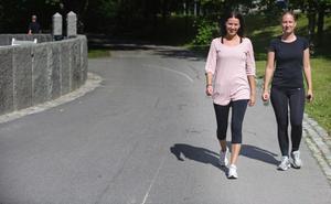 Kollegorna Johanna Berglund, 21, och Linnea Björk, 20, hade ledigt från jobbet på Brasserie Absint och passade på att motionera i solskenet.