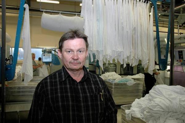 """PRAKTIKPLATS. Jörgen Alkberg på Berendsen textil har tackat ja till att vara med i integrationsprojektet och här ska det finnas två praktikplatser för kommunplacerade flyktingar. """"Vi vill hjälpa till att få dem integrerade i samhället"""", säger Alkberg."""