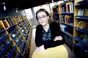 """FÄRRE BESÖK. Även om antalet besökare minskar tycker enhetschefen Marika Andersson att ett musikbibliotek behövs i framtiden. """"Vi ser ju vilken funktion vi fyller för människor"""", säger hon."""