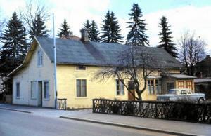 En bild från 1960-talets Borlänge som visar Majkens café längs Borganäsvägen och på vilken Buller Anders Gustafsson, numera boende i Calgary i Kanada, upptäckte sin gamla Mercedes.
