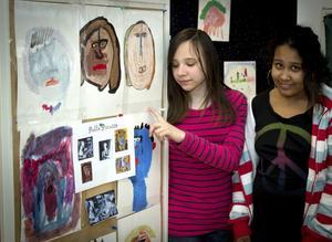 Picasso-äventyr. Malin Andersson och Achley Hall framför målningar gjorda efter Picassos verk.