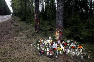 Under dagarna efter olyckan har blommorna, bilderna och hälsningarna till de omkomna pojkarna blivit fler och fler.