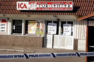 PENGARNA TAS UT. Många matbutiker i små samhällen fungerar samtidigt som ortens bank. Det är lätt för potentiella rånare att tro att här finns stora belopp i kontanter, men enligt Svensk Handels säkerhetschef Dick Malmlund är det tvärtom – det blir totalt sett mindre sedlar kvar i kassorna.
