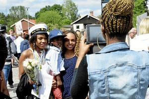 Hyllades. Gisele Kuza fotades av den stolta familjen efter studenten.
