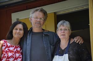 Trio. Paret Rose och Anders Wallén har arrangerat sommarens utställningar och musikkvällar. Moa Rudebert driver kaféet.