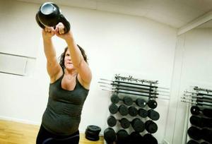 Annika Lundgren gör en tvåarmssving. Kettlebells tränas med både en och två armar. Det lär utövarna att använda balans, smidighet och styrka – funktionell träning.Foto: Ulrika Andersson