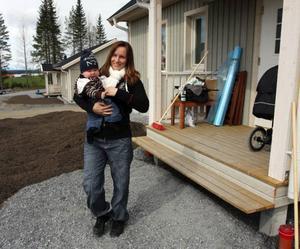 För Marie Johansson och hennes sambo Niklas Strandberg har husdrömmen blivit verklighet i Sånghusvallen som ligger mellan Åsvägen och E 14 och gränsar mot Östersunds kommun. Hon är nu mammaledig med Elias, 7 månader.