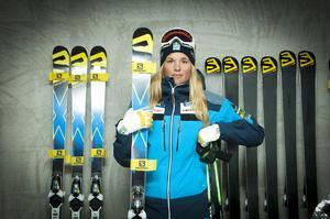 Anna Holmlund vann världscupen förra säsongen. Nu är det dags för premiär och hon siktar högt igen, på en ny totalseger.