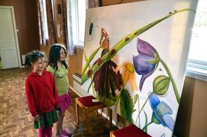 Små beundrare tittar på stor konst. Mia Holmberg har målat tavlan som beundras närmast av Jennie Bergström och Selma Axelsson.