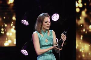 Frida Hyvönen tar emot priset Årets Kompositör.