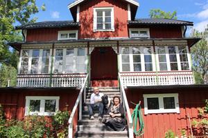 Jonas, Lotta och Enso utanför sitt paradis Eldblomska villan på Iggön.