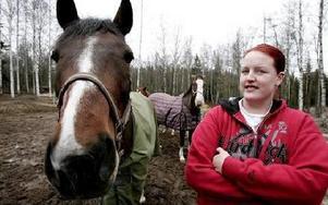 Tapestry, Amanda och Elinor Karlsson bor i Yttre Svärdsjö. Byn där det finns fler hästar än folk.– Hästar är bra för hälsan, säger Elinor.Foto: Tomas Nyberg