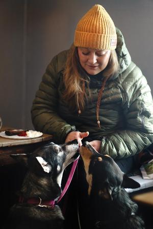 """Foto: Lina JohanssonÄven hundar är välkomna till Åre Kafferosteri. Här är Therese Thomasdotter tillsammans med Fia och Jänta.""""Vi vill ju kunna ta med vår hund till jobbet så då ska gästerna såklart kunna ta med sina"""", säger Eva."""