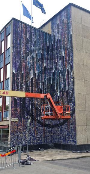 Vincent Abadie Hafezs har inspirerats av tecken från olika språk i sin målning på Stadsbibliotekets fasad.