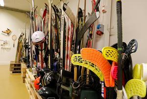 På Fritidsbanken trängs vinterns sportprylar och väntar på att bli utlånade. Precis som andrahandsbutiken är Fritidsbanken öppen dagtid på vardagar.