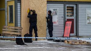 Runt butiken hade polisen satt upp avspärrningar.