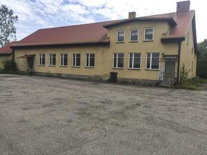 Ogräset växer högt och gruset från halkbekämpningen ligger kvar. Det är öde och tyst vid Saxdalens Folkets hus och det är oklart om det fortfarande förekommer uthyrning av lokalerna.