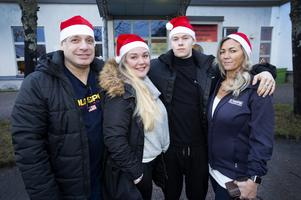 Leif och Anna Hammar med barnen Donny Dahlman och Jenny Abrahamsson ordnar julfirande på Folkets Hus i Bomhus för ensamma. Med hjälp av lokala sponsorer  bjuds det på både julbord och tomte på julafton mellan 14 och 19.