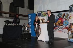 Angelica Ränttilä och Magnus Lundquist höll ihop kvällen arrangemang från scenen.