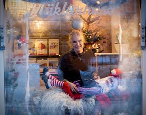 Tomten i skyltfönstret har en lång historia och är en kär jultradition för många härnösandsbor.