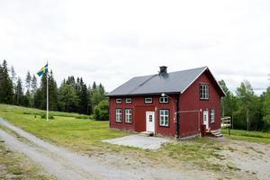 Bostadshuset som är i behov av renovering är i två plan med nybyggd altan, ny elpatron för den vattenburna värmen och nya ytterdörrar. Foto: Svensk Fastighetsförmedling