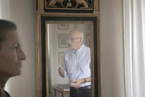 Förutom soffan tittade Max Sjöberg på fler föremål, bland annat den här spegeln.
