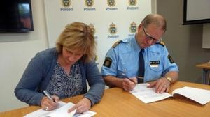 Kommunalråd Anna Hed (C) och polisområdeschef Rune Lindbom signerade 2016 Moras första medborgarlöfte. Efter att polisen misslyckats med att hålla sina löften valde kommunen att inte förnya avtalet. Foto: Mora kommun