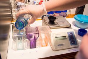 För att kunna räkna vita och röda blodkroppar behöver blodet först färgas in. De olikfärgade vätskorna står färdigblandade på ett av labbets bord.