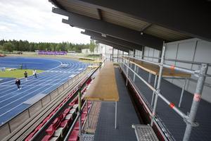 Här ska SVT:s Jacob Hård och Kajsa Bergqvist kommentera sändningarna från Gunder Häggstadion. Två stycken breda rader har de till sitt förfogande.