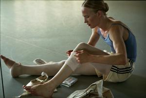 Lara (Victor Polster) går på en balettskola och kämpar hårt med både dansen och resten av sitt liv i