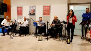 Mezzopotelge spelade när Kulturhistoriska föreningens första luckan öppnades i  lördags. På bild syns musikerna Ayman Aboud, violin, Monir Salman, oud, Yaakob Danho, oud, Elias Zazi, darbucka, Orshina Al Chammas, sång och Demir Aho, ljudteknik. Foto: Privat