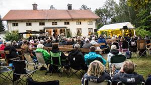 Gårdstunet framför herrgården hade blivit festivalområde.