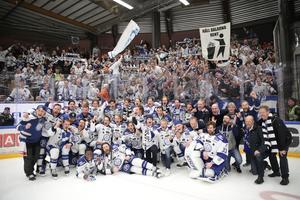 Mattias Karlsson, liggandes längst fram i bilden bredvid Hugo Enock, jublar tillsammans med resten av laget och Leksandsfansen i Jalas Arena efter 3–2-segern i match 5 som tog laget upp i SHL.