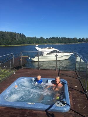 Givetvis så finns det en bubbelpool i sommarstugan i Njurunda. Här njuter sonen och Stig.