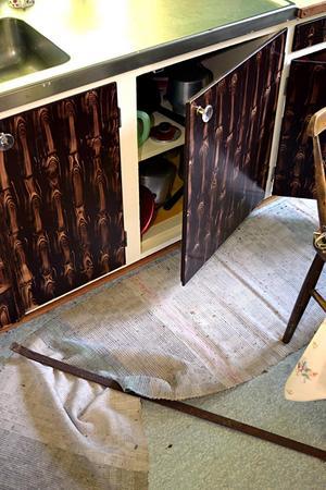 På köksgolvet ligger ett järn som inbrottstjuvarna sannolikt använt för att slå sönder fönster och bryta upp dörrar.