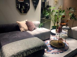 De pastelliga och naturnära tonerna finns kvar jämte de starka färgerna. Stora, yviga växter är populärt. Här och var såg vi möbler i manchester, som den här soffan hos Broste Copenhagen.