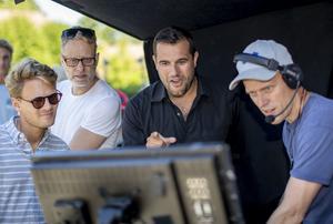 Edward af Sillén (mitten), som debuterar som långfilmsregissör, under inspelningen av
